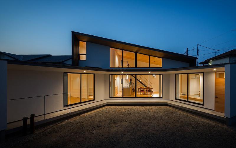 緩やかに囲む家の写真 明かりの灯った扇型外観 2