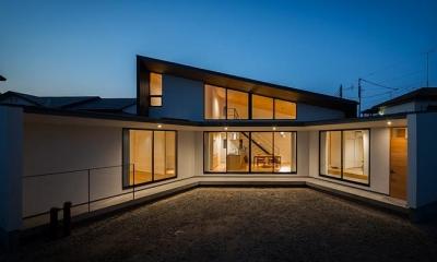 緩やかに囲む家 (明かりの灯った扇型外観 1)