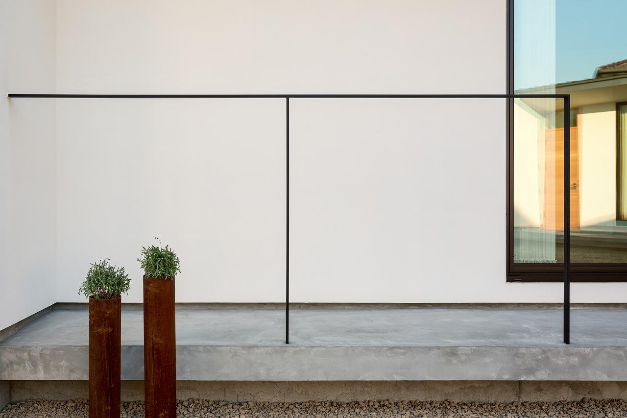 緩やかに囲む家の写真 コンクリートデッキ
