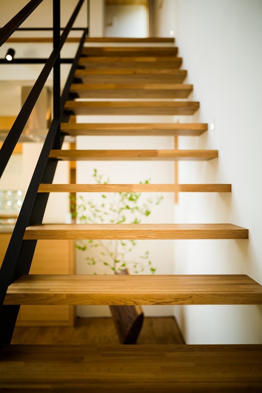 緩やかに囲む家の写真 オープン階段