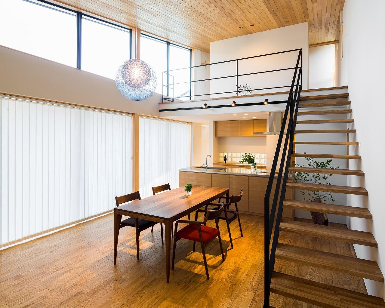 緩やかに囲む家の写真 吹き抜けのある開放的なLDK