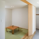緩やかに囲む家の写真 琉球畳を敷いた小上がりの和室