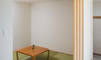 琉球畳を敷いた小上がりの和室|緩やかに囲む家