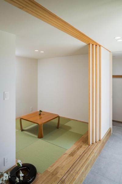 琉球畳を敷いた小上がりの和室 (緩やかに囲む家)