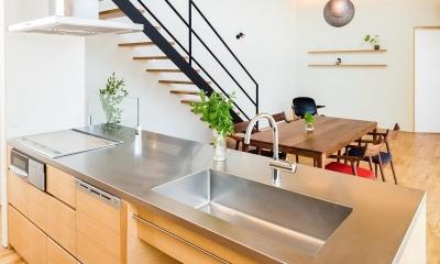ステンレス天板のペニンシュラキッチン 緩やかに囲む家