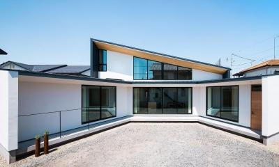 緩やかに囲む家 (扇型の白い外観)