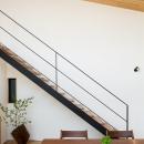 緩やかに囲む家の写真 オープン階段とダイニング