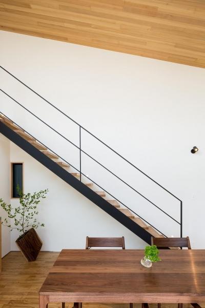 オープン階段とダイニング (緩やかに囲む家)