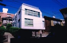 夫婦川の家 (窓がたくさんある白い外観)