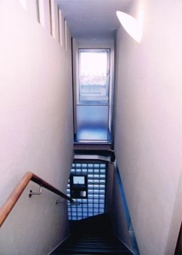 夫婦川の家 (光が差し込む階段)