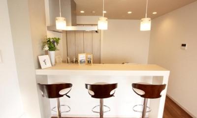 充実したライフスタイルを予感させるハイカウンターのあるキッチン (LDK)