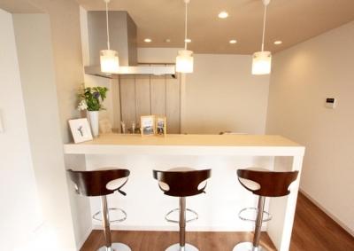LDK (充実したライフスタイルを予感させるハイカウンターのあるキッチン)