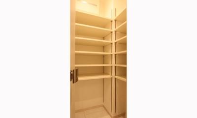 充実したライフスタイルを予感させるハイカウンターのあるキッチン (玄関)