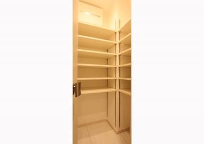 玄関 (充実したライフスタイルを予感させるハイカウンターのあるキッチン)