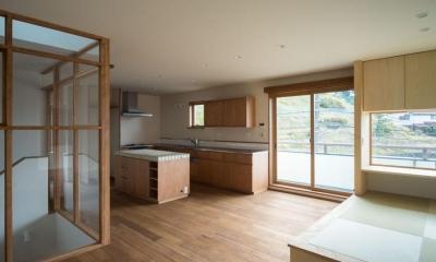玄関を共有する二世帯のリノベーション:『青葉区の二世帯住宅』 (2階LDK)