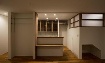 玄関を共有する二世帯のリノベーション:『青葉区の二世帯住宅』 (1階キッチン)