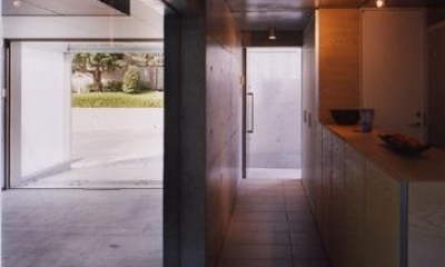 宮前の家 (インナーガレージと繋がる玄関アプローチ)