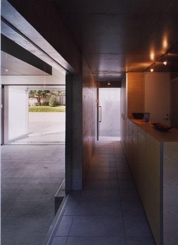 宮前の家の部屋 インナーガレージと繋がる玄関アプローチ