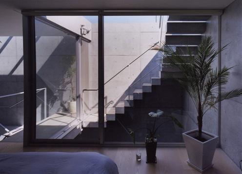 宮前の家の部屋 外に繋がる階段