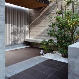 下馬の家 (緑豊かなエントランス・前庭)