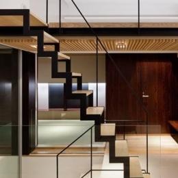 下馬の家 (存在感のあるオープン型階段)