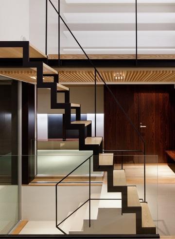 下馬の家の部屋 存在感のあるオープン型階段