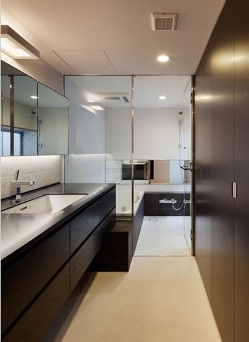 下馬の家の部屋 モダンな洗面室・バスルーム