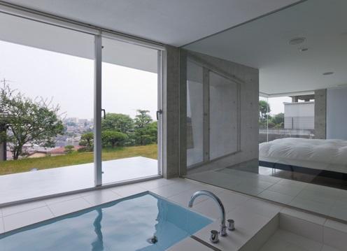 保土ヶ谷の家 (開放的なバスルーム)