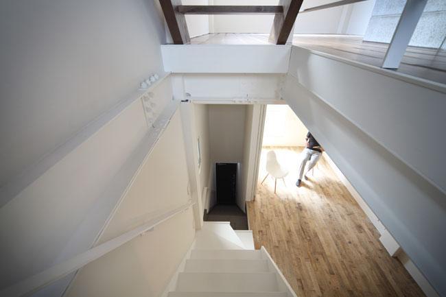 4LAYERの部屋 階段から玄関を眺める