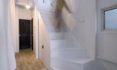 玄関から見る廊下・階段|4LAYER