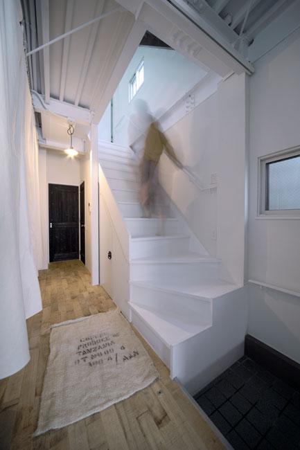 4LAYERの部屋 玄関から見る廊下・階段