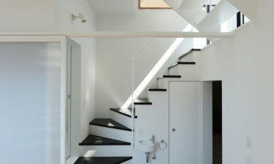 中庭のあるスキップフロアの家・OUCHI-32 (階段)