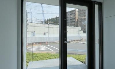 中庭のあるスキップフロアの家・OUCHI-32 (緑の借景をもらう玄関)