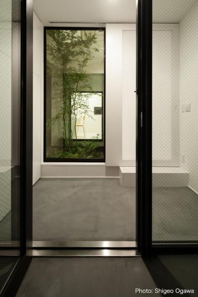 玄関ポーチ (中庭のあるスキップフロアの家・OUCHI-32)
