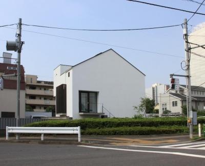 交差点にあるオウチ (中庭のあるスキップフロアの家・OUCHI-32)