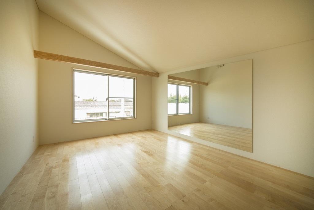 旭-Iの部屋 鏡のある洋室