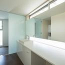 旭-Iの写真 広々とした白い洗面室