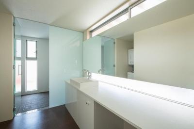 広々とした白い洗面室 (旭-I)