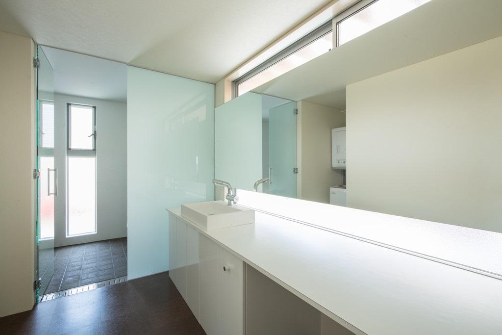 旭-Iの部屋 広々とした白い洗面室