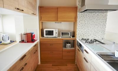 無垢材のフローリングにこだわって。木の温もりにつつまれた優しい住まい (キッチン)