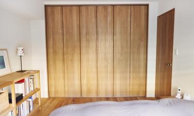 無垢材のフローリングにこだわって。木の温もりにつつまれた優しい住まい (寝室の収納)