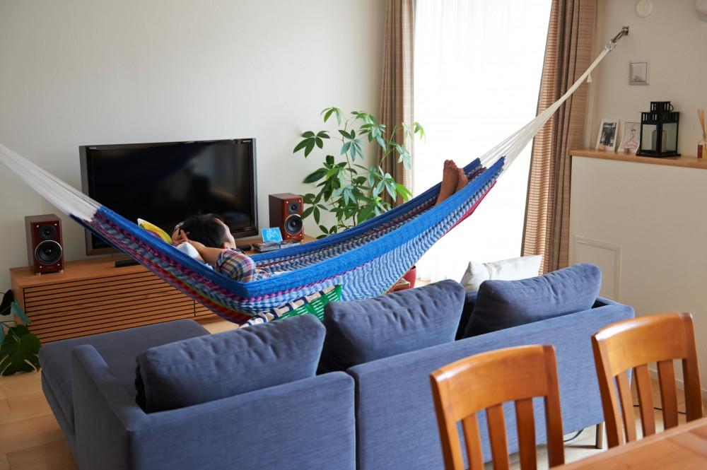 開放的なリビング・キッチンのある住まい。ハンモックに揺られながら過ごす豊かな時間 (リビング)