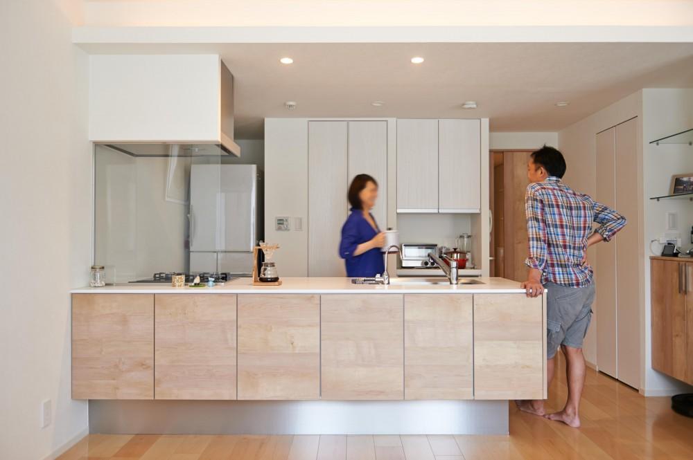 開放的なリビング・キッチンのある住まい。ハンモックに揺られながら過ごす豊かな時間 (キッチン)