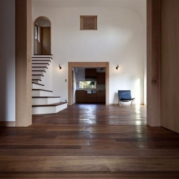 ある舞踏家の家 (玄関からLDKを見る)