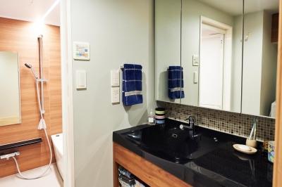 洗面室 (開放的なリビング・キッチンのある住まい。ハンモックに揺られながら過ごす豊かな時間)