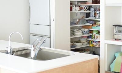 開放的なリビング・キッチンのある住まい。ハンモックに揺られながら過ごす豊かな時間 (キッチン収納)