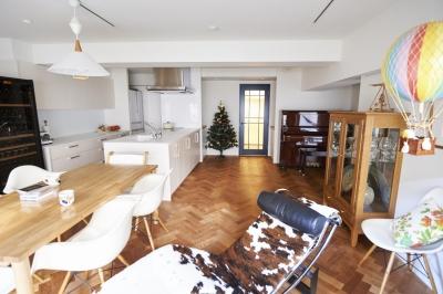 リビングダイニング (ブリュッセルのアパートメントのように、家族が心地よく過ごせる空間に暮らしたい)