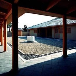 迷企羅ー水戸郊外の家 (回廊から主屋を見る)