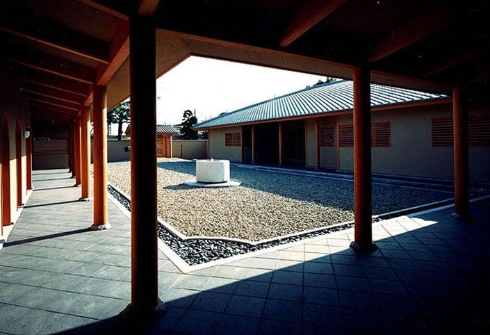 迷企羅ー水戸郊外の家の写真 回廊から主屋を見る