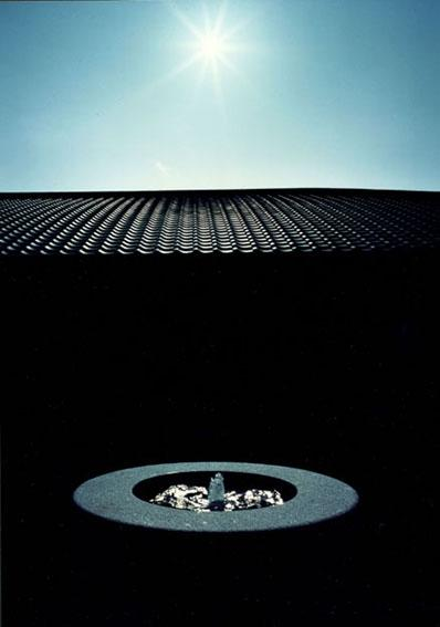 迷企羅ー水戸郊外の家の写真 噴水と瓦